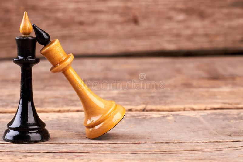 Due pezzi degli scacchi con lo spazio della copia fotografia stock libera da diritti
