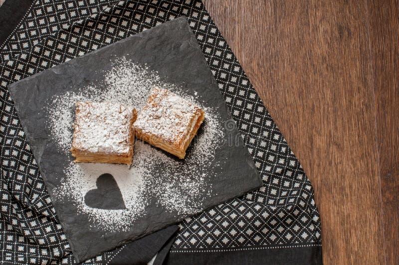 In due pezzi della pasta o del millefoglie sfoglia di Mille-Feuille fotografia stock libera da diritti