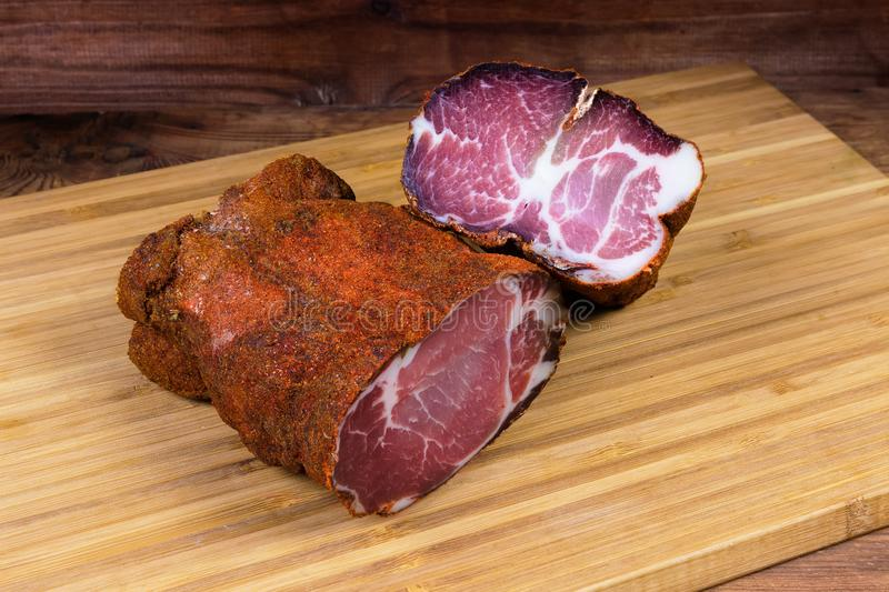 Due pezzi di collo secco della carne di maiale sul tagliere di legno immagini stock libere da diritti