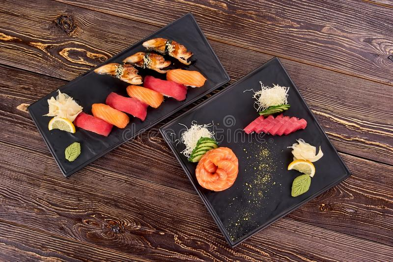 Due piatti della vista superiore dei sushi di nigiri immagini stock