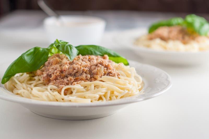 Due piatti di pasta italiana con la salsa della carne fotografie stock