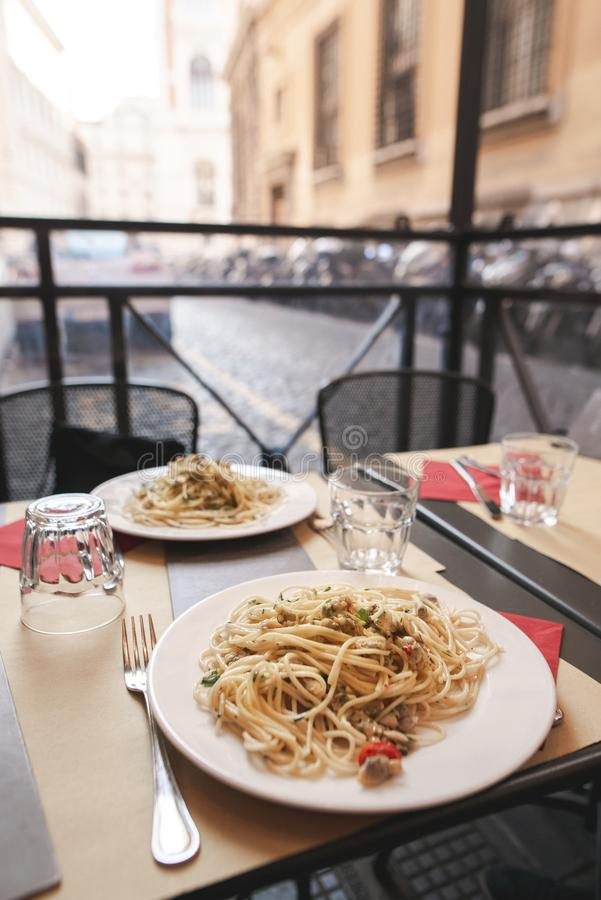 Due piatti di pasta sul terrazzo di un ristorante italiano fotografia stock