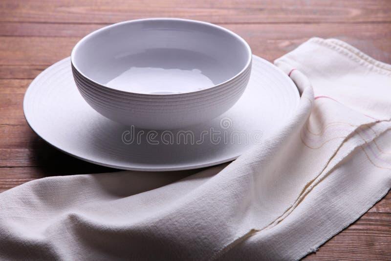 Due piatti puliti bianchi sul tovagliolo immagini stock