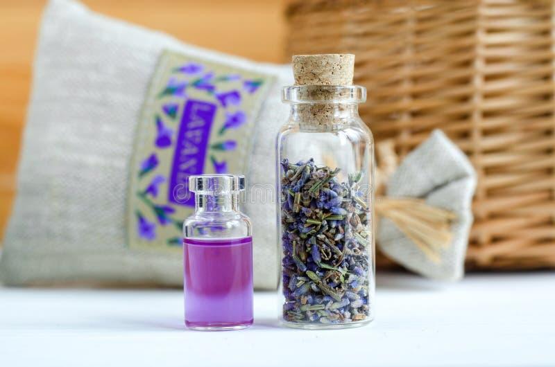Due piccole bottiglie con i germogli della lavanda ed il profumo asciutti dell'olio dell'aroma, tintura, estratto, infusione Ingr fotografie stock libere da diritti