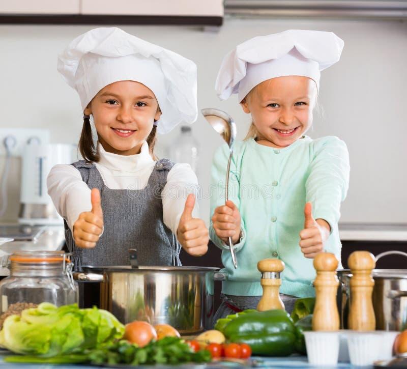 Due piccole ragazze che cucinano la minestra di verdura - Bambine che cucinano ...