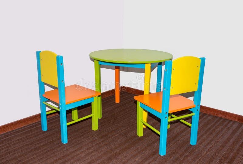 Due piccole sedie e tavole della scuola fotografia stock libera da diritti