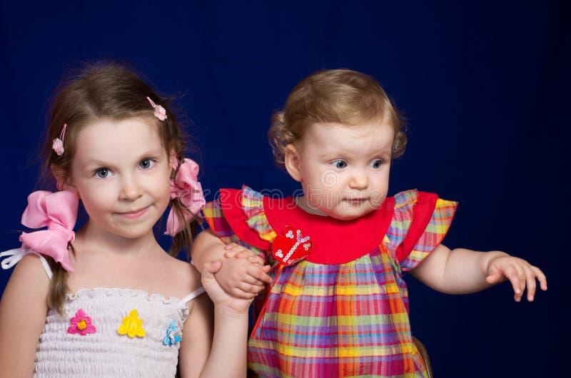Due piccole sorelle immagine stock