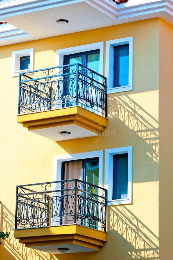 due piccoli balconi sulla casa gialla immagine stock