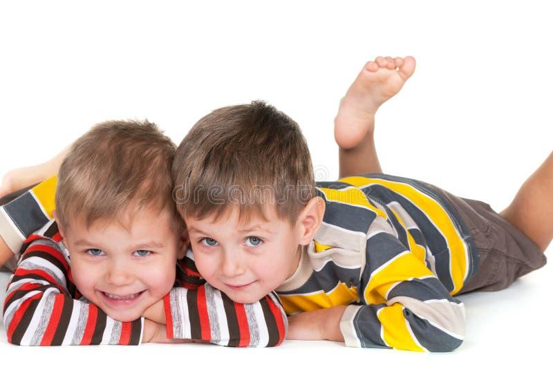 Due piccoli fratelli felici immagine stock