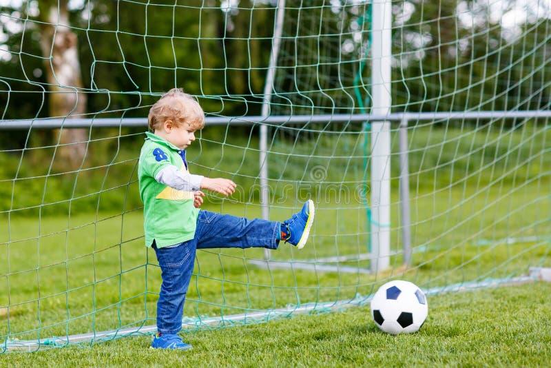Download Due Piccoli Giocar A Calcioe E Calci Dei Ragazzi Del Fratello Germano Sul Campo Immagine Stock - Immagine di intrattenimento, football: 56891799