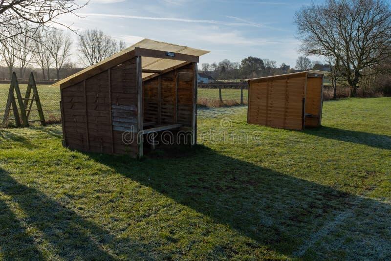 Due piccoli ripari rustici di calcio in un campo, il riparo domestico nella priorità alta fotografia stock libera da diritti