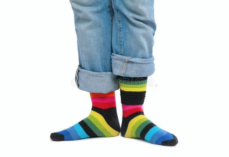 Due piedi in calzini multi-coloured immagine stock