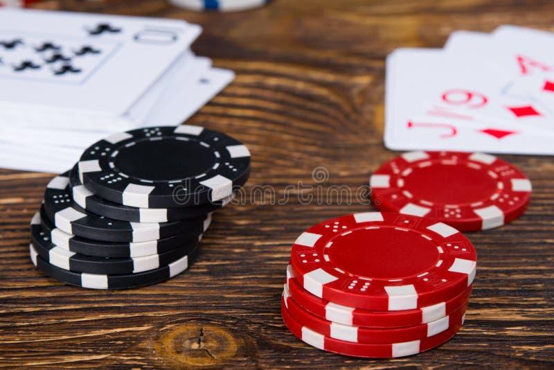 Due pile di chip di mazza su una tavola di legno immagini stock libere da diritti