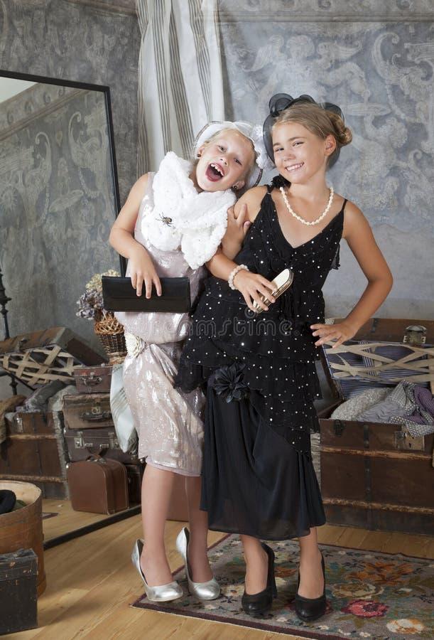 Due poche ragazze di Vecchio-modo si divertono fotografia stock
