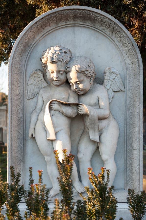 spesso Due Pochi Angeli Di Marmo Che Leggono Una Preghiera Su Una Lapide  DC67