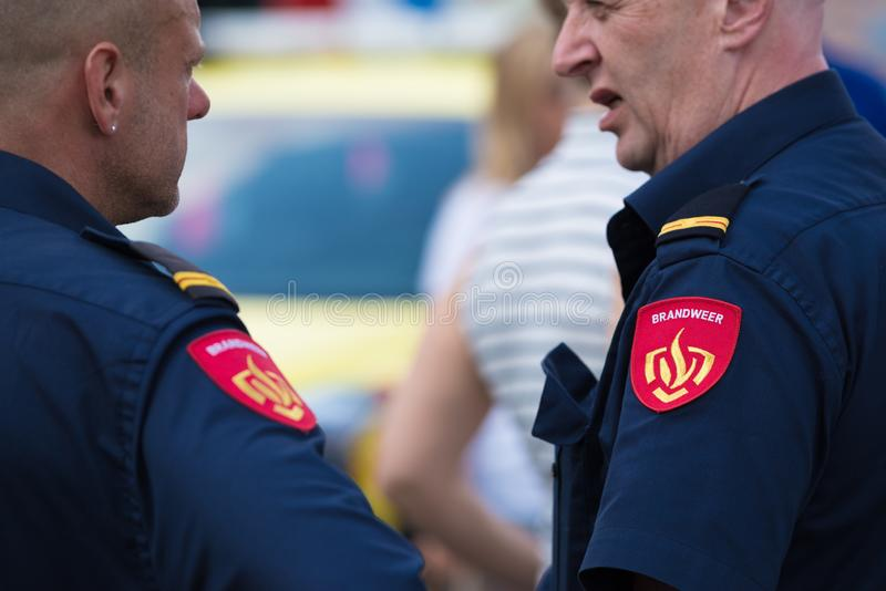 Due pompieri maschii fotografia stock libera da diritti
