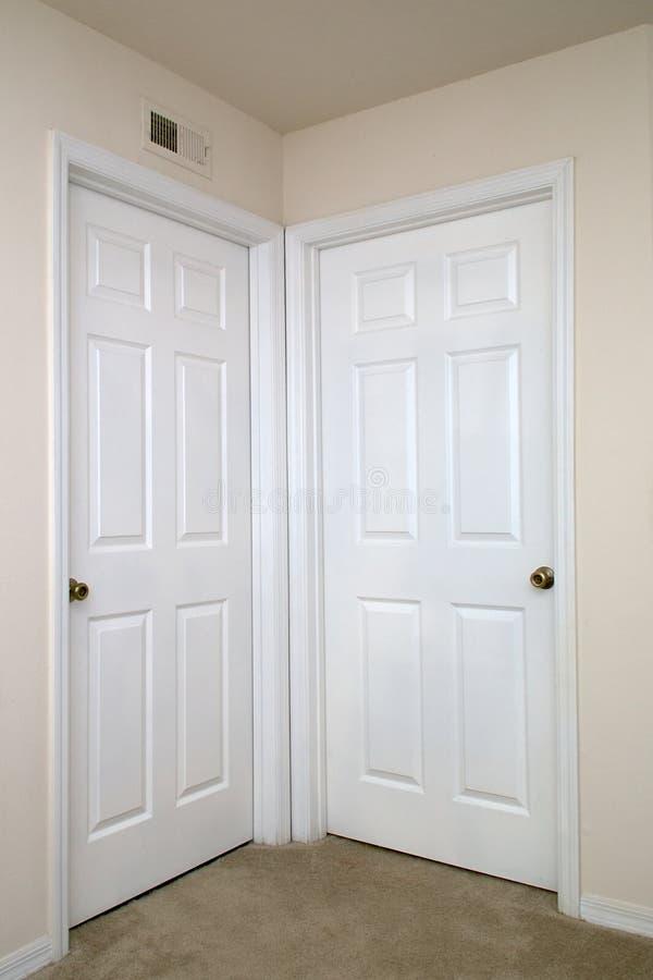 Due porte interne chiuse fotografia stock. Immagine di bianco ...