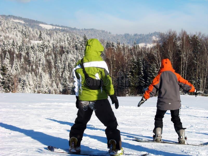Due principianti dello snowboard immagine stock