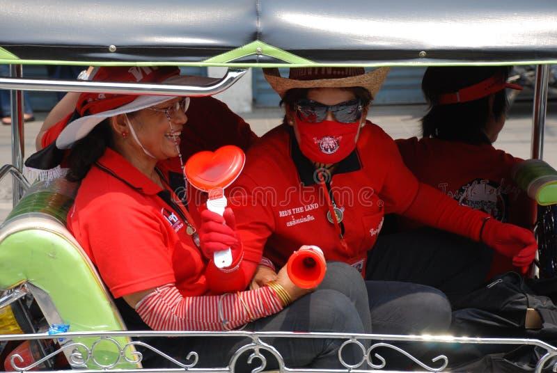 Due Protestors rossi della camicia nel tuk-tuk fotografia stock