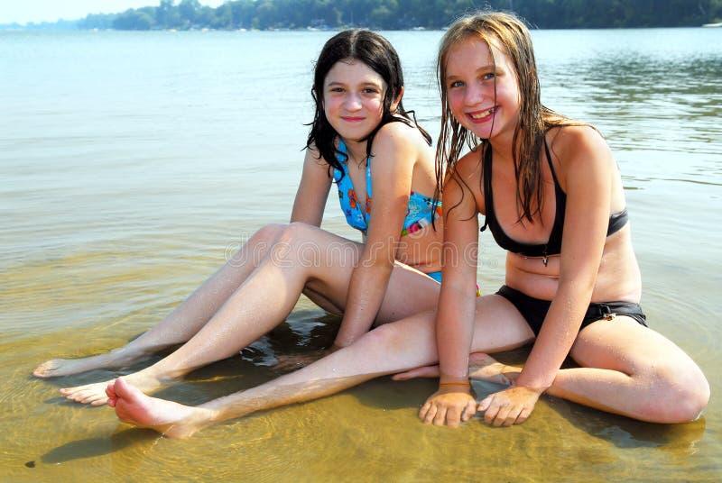 Due ragazze in acqua fotografie stock libere da diritti