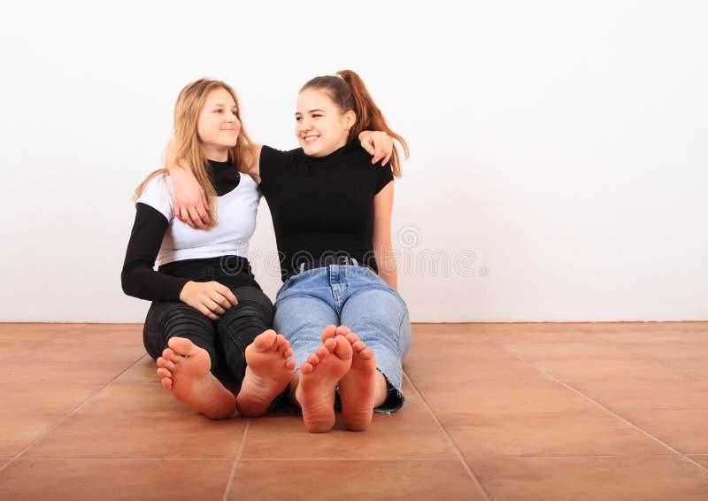 Due ragazze adolescenti che sorridono amiche immagine stock libera da diritti