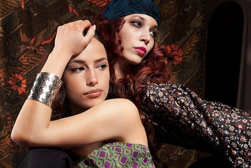 Due ragazze alla moda immagine stock