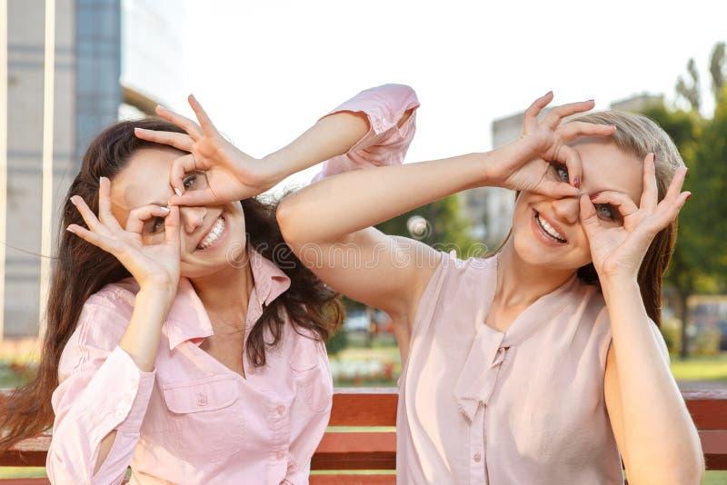 Due ragazze allegre che imbrogliano intorno fotografie stock libere da diritti