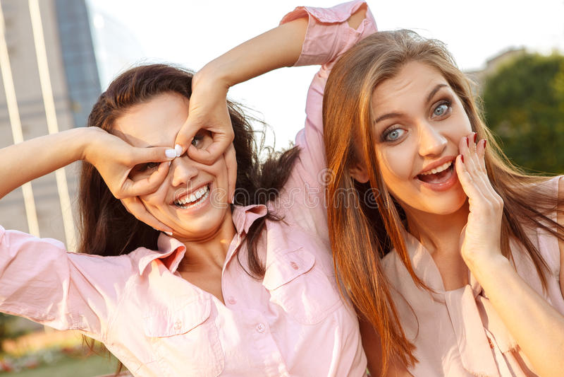 Due ragazze allegre che imbrogliano intorno fotografie stock