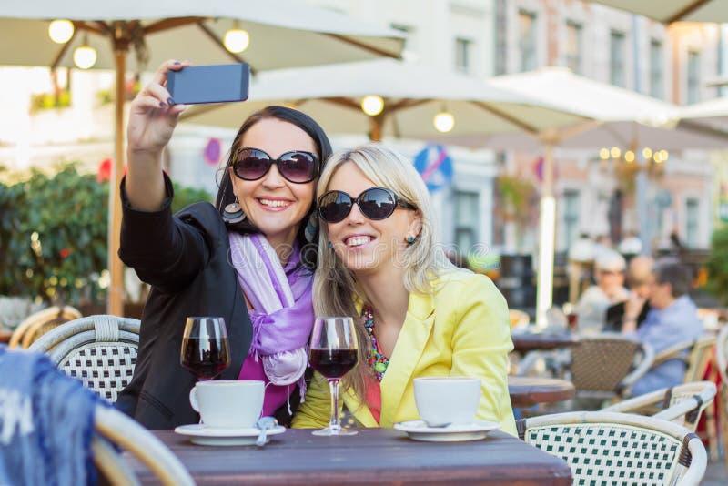 Due ragazze allegre che prendono selfie fotografia stock libera da diritti