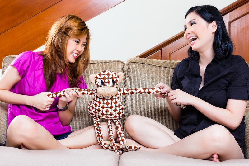Due ragazze asiatiche a casa fotografie stock libere da diritti