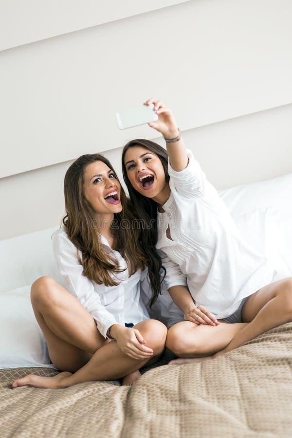 Due ragazze calde che si trovano su un letto che prende - Letto che si chiude ...
