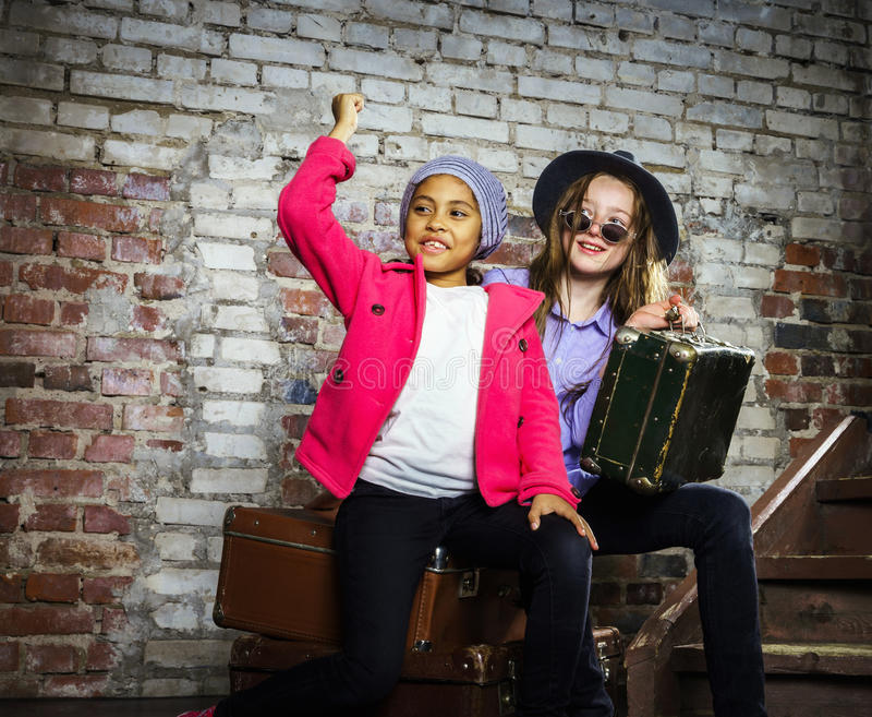 Due ragazze che aspettano il treno fotografia stock