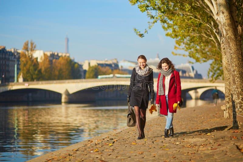Due ragazze che camminano insieme a Parigi immagini stock