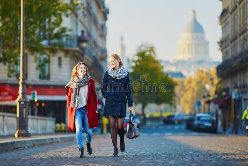 Due ragazze che camminano insieme a Parigi fotografia stock libera da diritti
