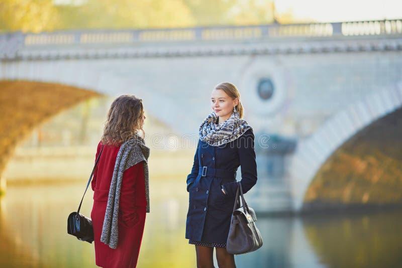 Due ragazze che camminano insieme a Parigi fotografie stock