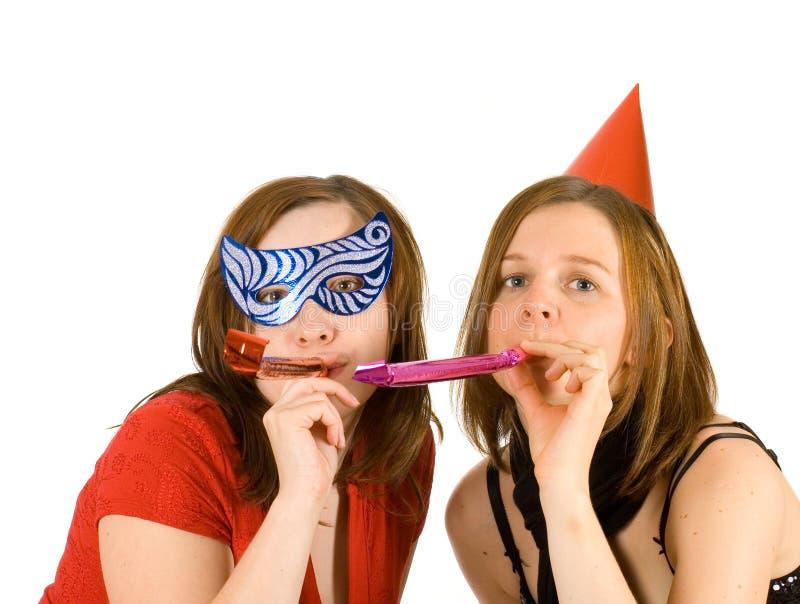 Due ragazze che celebrano nuovo anno immagine stock