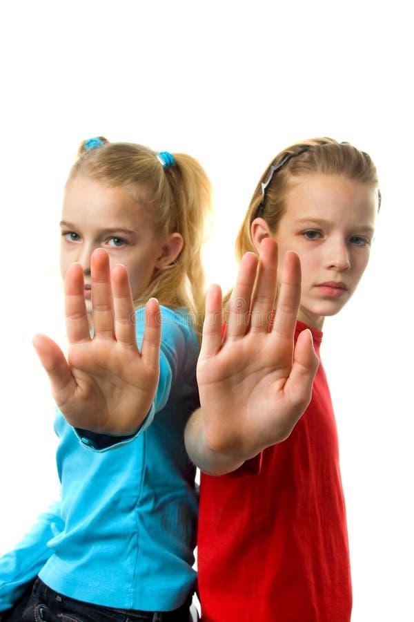 Due ragazze che fanno il fanale di arresto fotografie stock