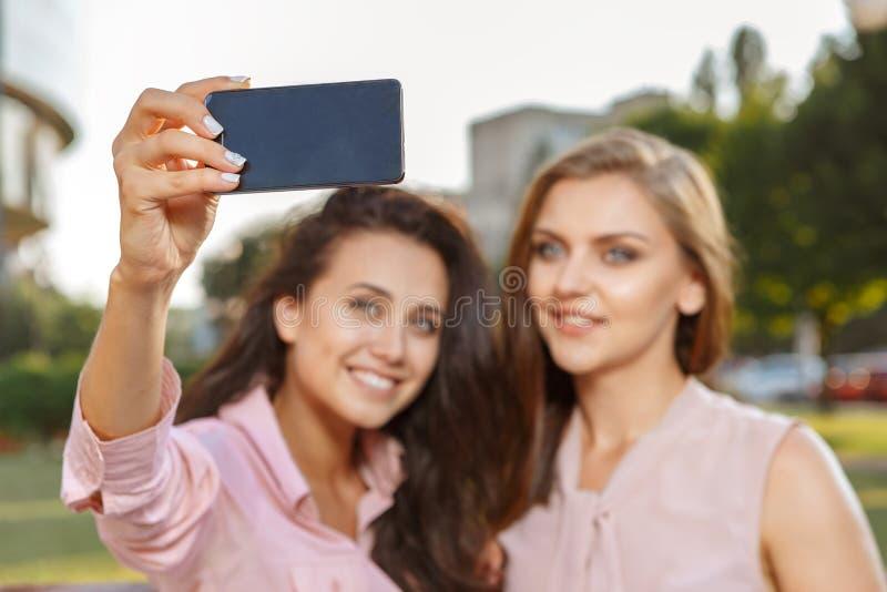 Due ragazze che fanno selfie fotografia stock libera da diritti