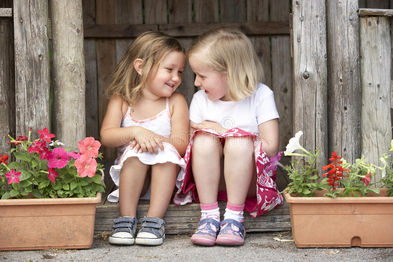 Due ragazze che giocano nella Camera di legno fotografia stock