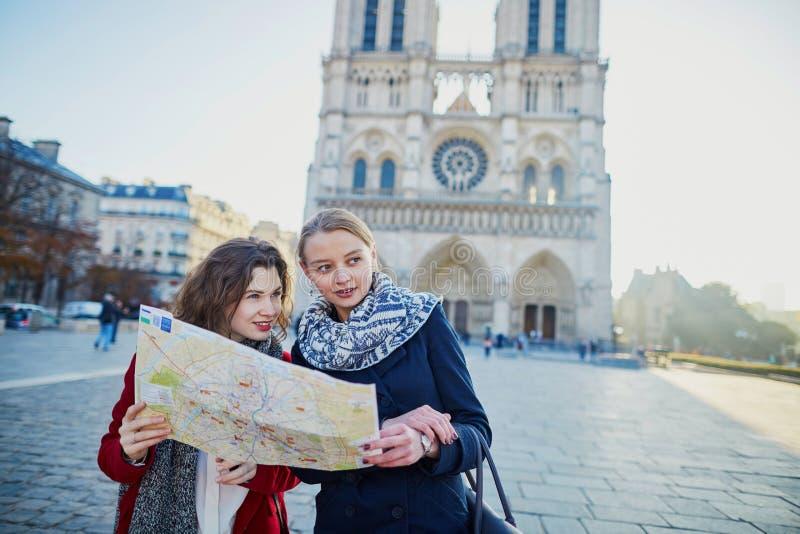 Due ragazze che prendono selfie vicino a Notre-Dame a Parigi immagini stock