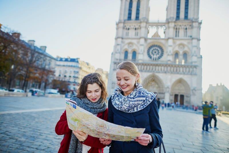 Due ragazze che prendono selfie vicino a Notre-Dame a Parigi fotografia stock libera da diritti