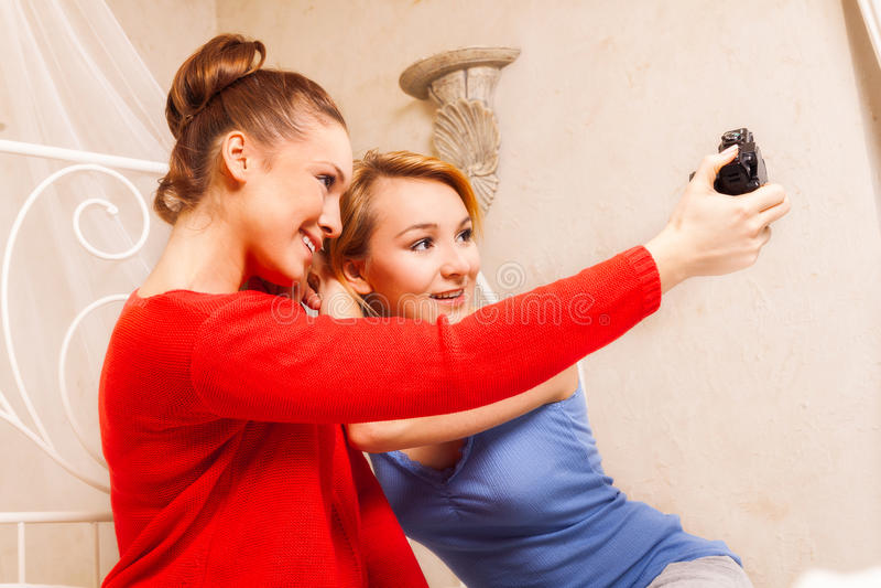 Due ragazze che si fanno foto immagini stock