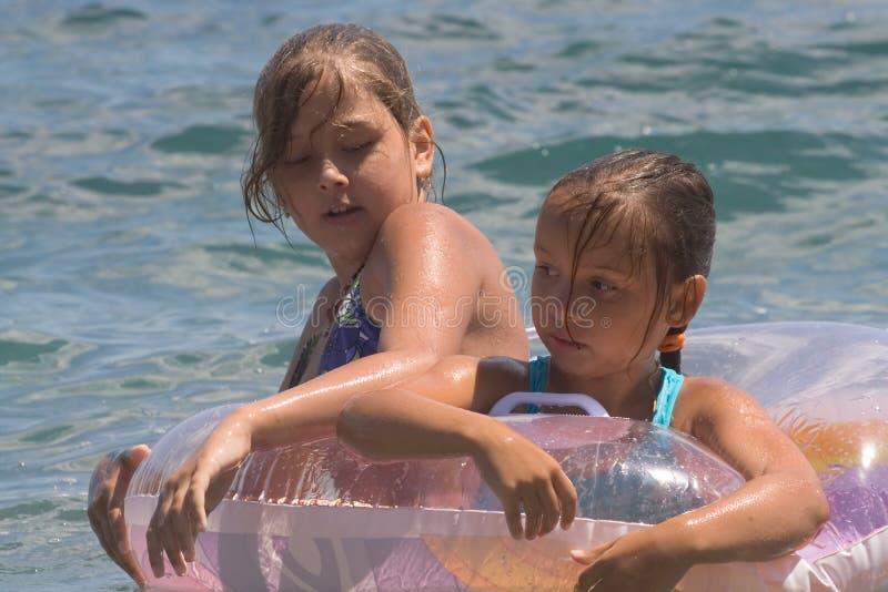 Due ragazze del bagno dell 39 adolescente in un mare 8 immagine stock immagine di nave coppie - Donne che vanno in bagno a cagare ...