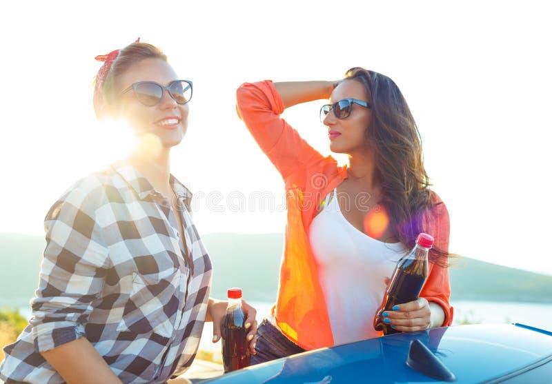 Due ragazze divertendosi nel cabriolet all'aperto immagine stock libera da diritti