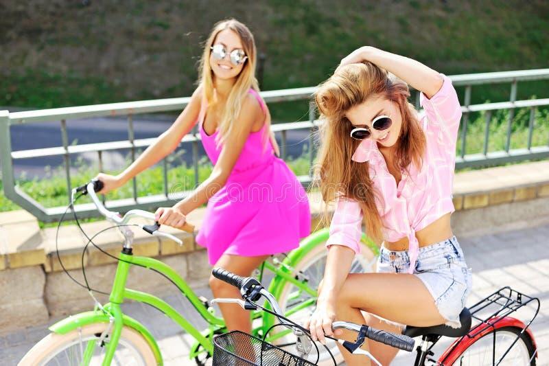 Due ragazze felici con le biciclette immagini stock libere da diritti