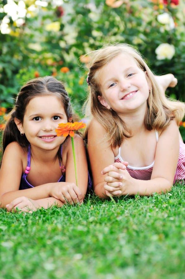 Due ragazze felici hanno divertimento esterno fotografie stock libere da diritti