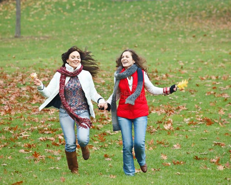 Due ragazze graziose che hanno divertimento immagine stock