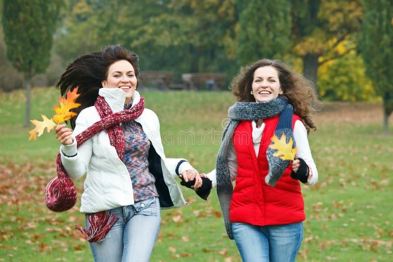 Due ragazze graziose che hanno divertimento fotografie stock