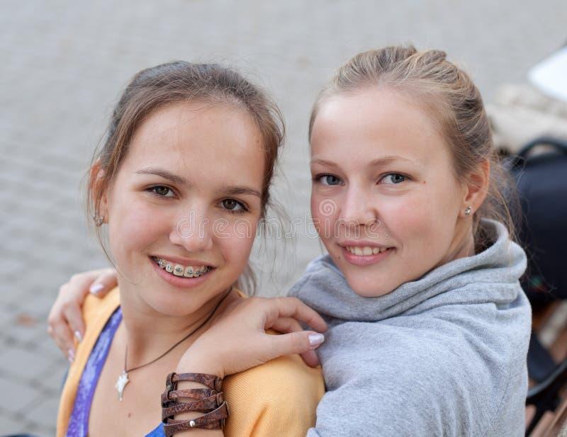due ragazze graziose dell'allievo nella sosta fotografia stock