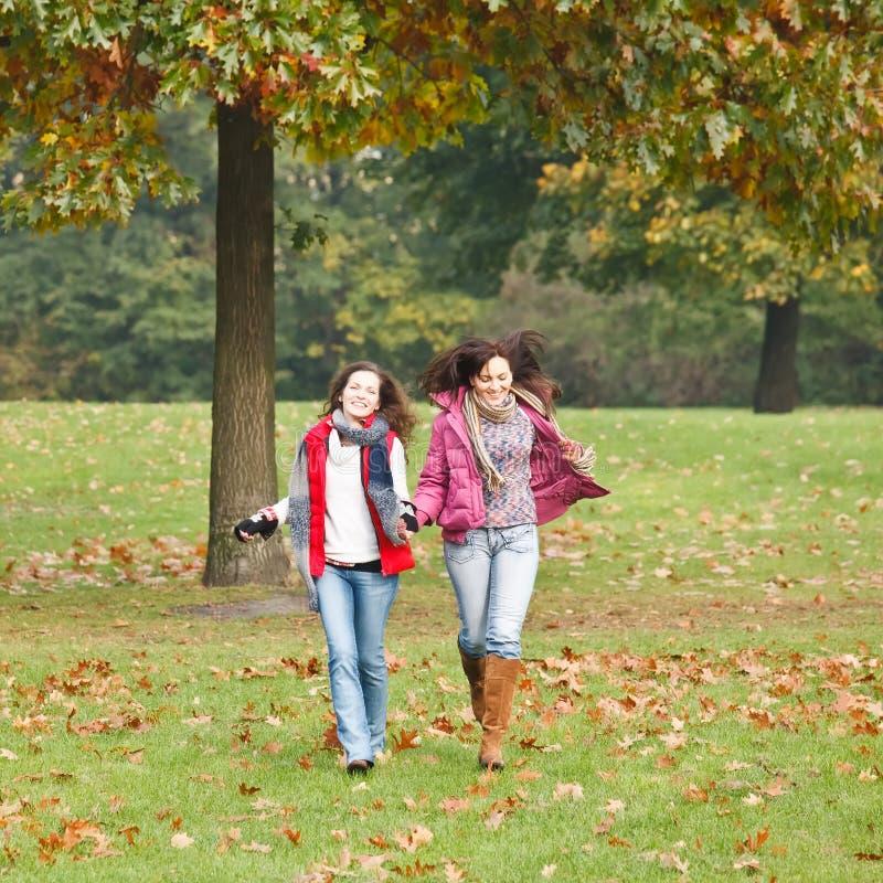 Due ragazze graziose nella sosta fotografia stock libera da diritti